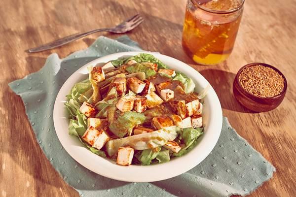 salada-de-folhas_queijo-branco-tostado-e-molho-de-mostarda_mel-e-linhaca