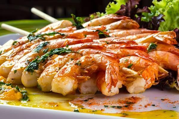 Espetinho de camarão, servido no buffet do Pratagy Beach All Inclcusive