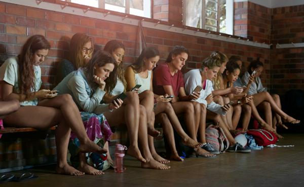 garotas com celular na mao