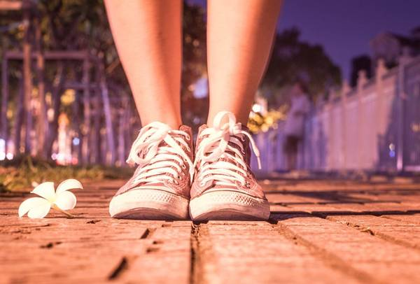 mulher tenis rua pixabay