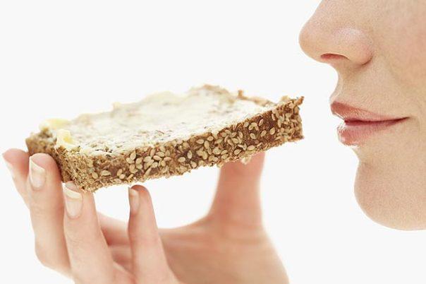 mulher comendo pão