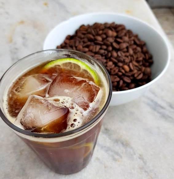 café gelado com limão