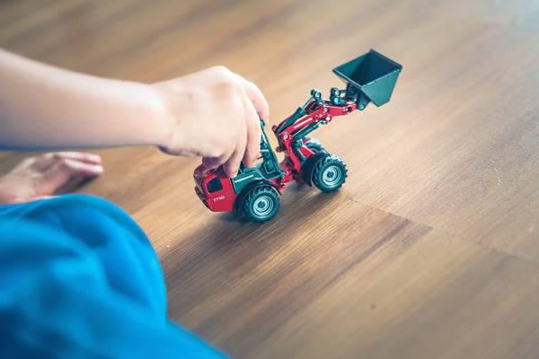 menino brincando com carrinho criança autismo