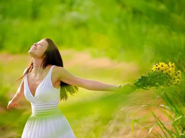 mulher alegre flor natureza.jpg