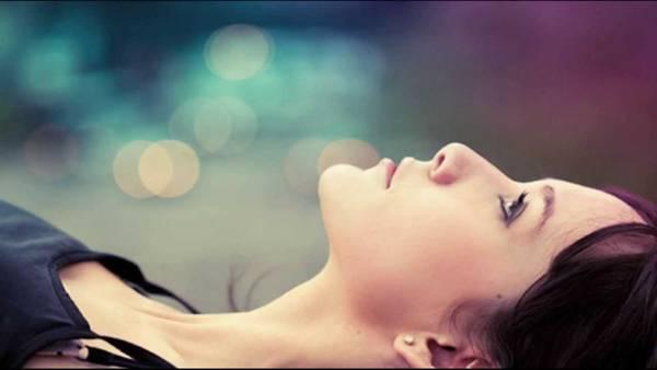 mulher deitada pensando
