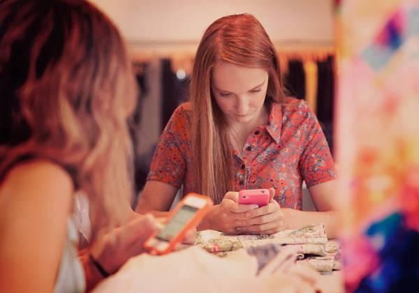 mulheres usando celular smartphone