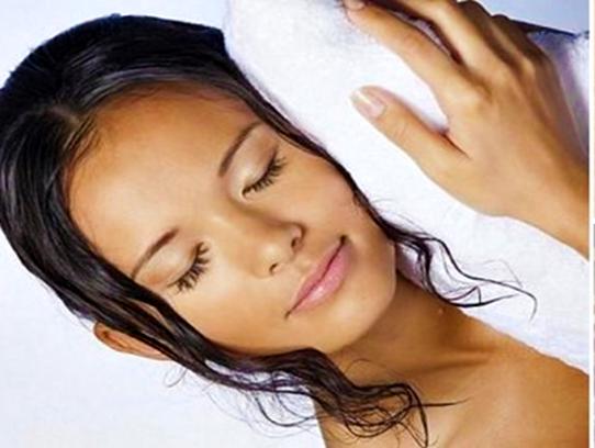 dormir cabelo molhado