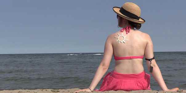 mulher protecao solar praia qsun