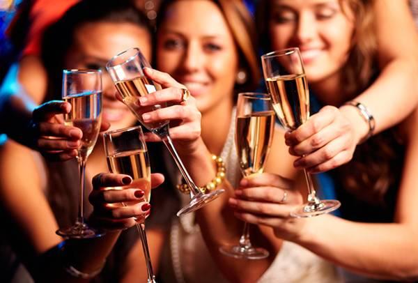 mulheres brindando vinho champanhe