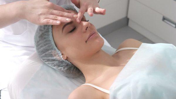 pele tratamento clinica shutterstock mulher rosto.jpg
