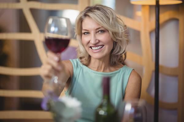 shutterstock maturidade mulher brinde vinho