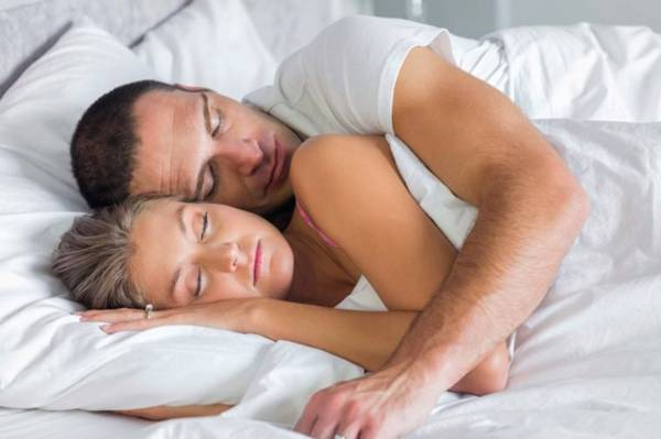 02_Spoon_Sleep-Positions-for-Couples-and-What-They-Reveal-About-Your-Relationship_iStock_43052798_LARGE-760x506