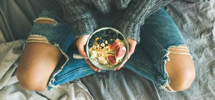 mulher comendo comida envato elements