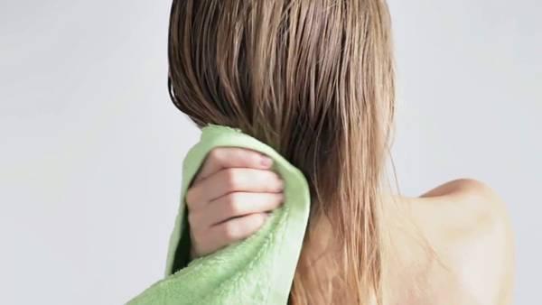 secando cabelo toalha