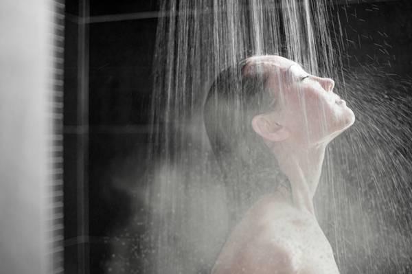 mulher banho quente chuveiro
