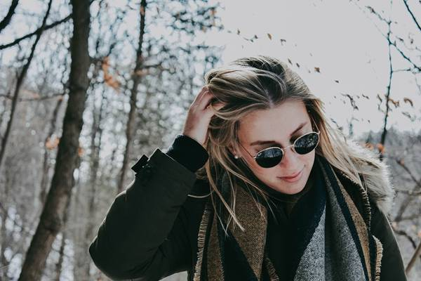 mulher óculos escuros pixabay inverno