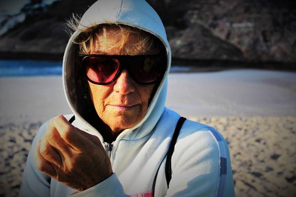mulher idosa praia oculos pixabay