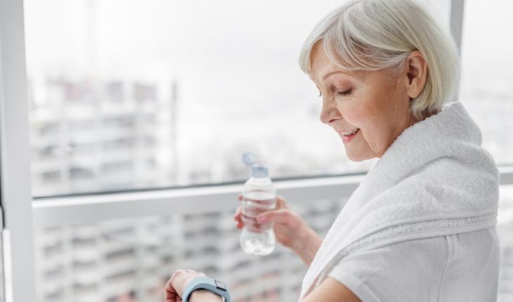 mulher madura tomando agua