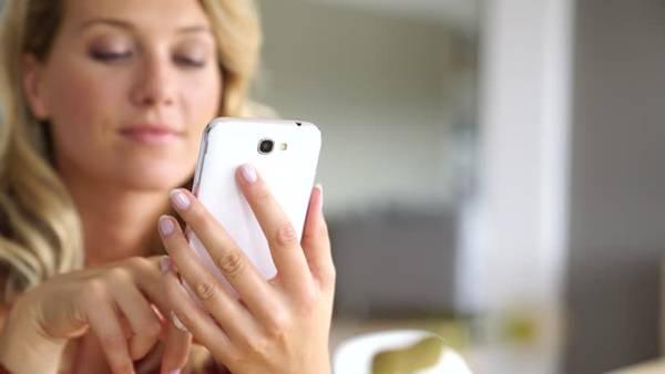 shutterstock mulher usando celular