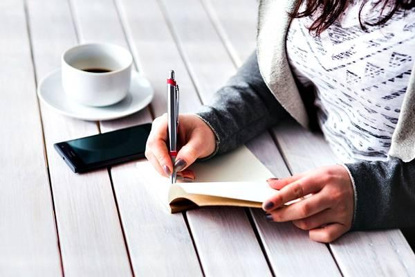 mulher escrevendo metas pixabay