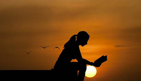 mulher lendo ar livre pixabay