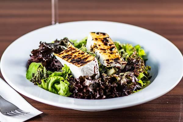 salada com presunto parma