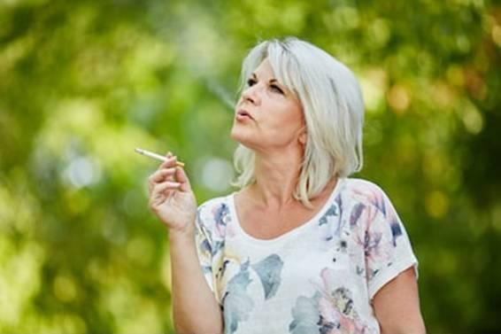 shutterstock mulher madura fumando