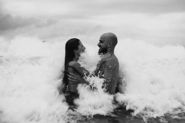 casal-relacionamento-praia-onda-768x512.jpg