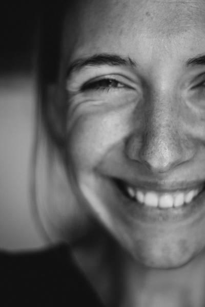 kate-kozyrka- mulher sorrindo dentes