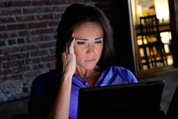 mulher computador olhos optix