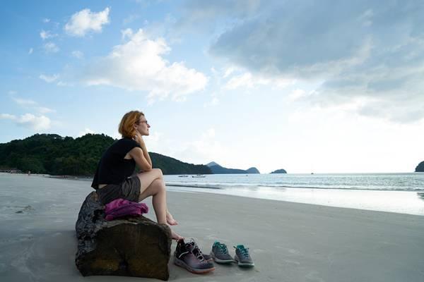 mulher turista praia viagem pixabay