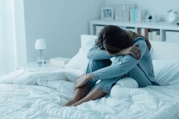 shutterstock mulher cama dor depressao