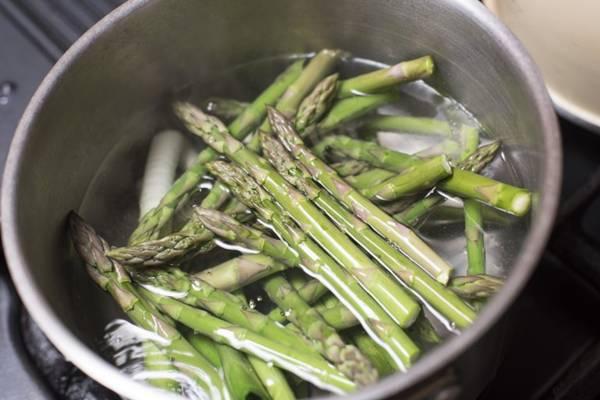 aspargos cozinhando freefoodhpotos