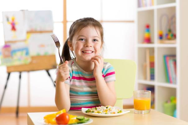 criança menina comendo