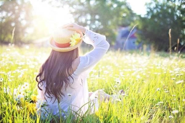 mulher campo primavera.jpg