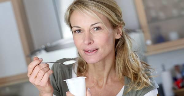 mulher comendo iogurte