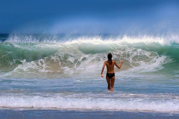 mulher praia topless pixabay