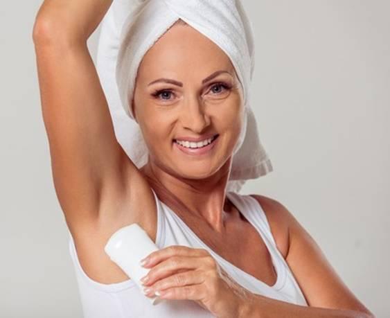 mulher usando desodorante clip dealer