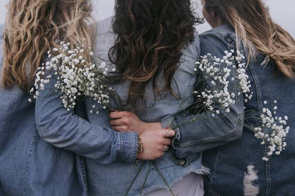 mulheres amigas abraço jeans