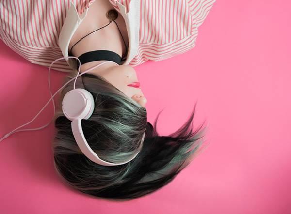 menina fone de ouvido pixabay