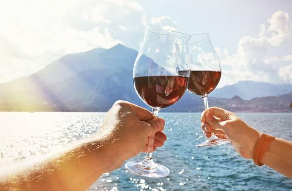 vinho brinde verao praia