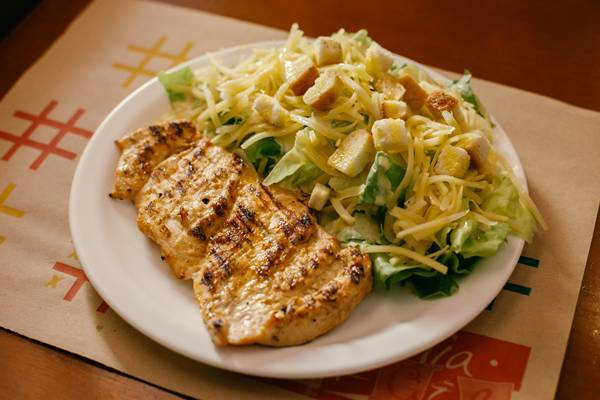 salada caesar com grelhado.jpg
