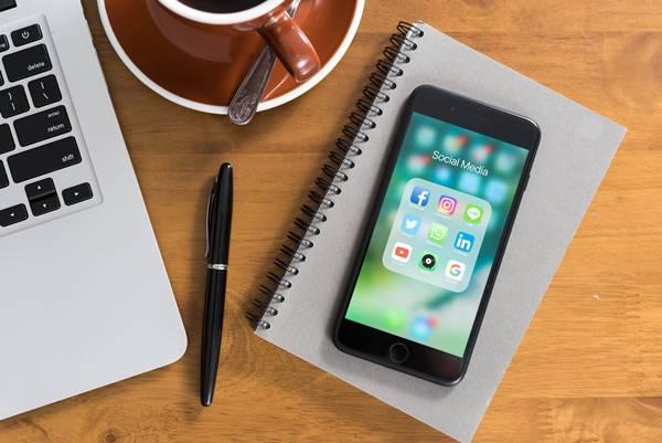 celular redes sociais trabalho mesa