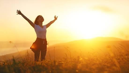mulher ar livre felicidade