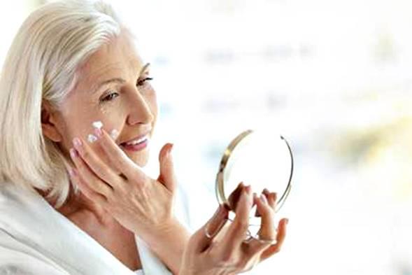 mulher madura espelho pele