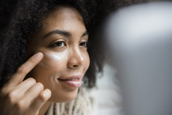 mulher negra creme rosto