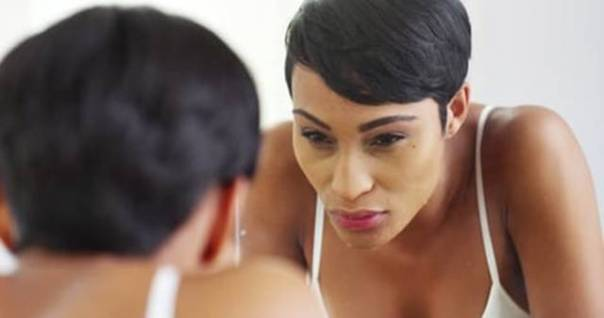 mulher negra lavando rosto shutterstock