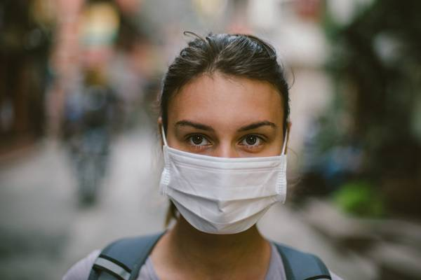 mulher usando mascara cirurgica health magazine