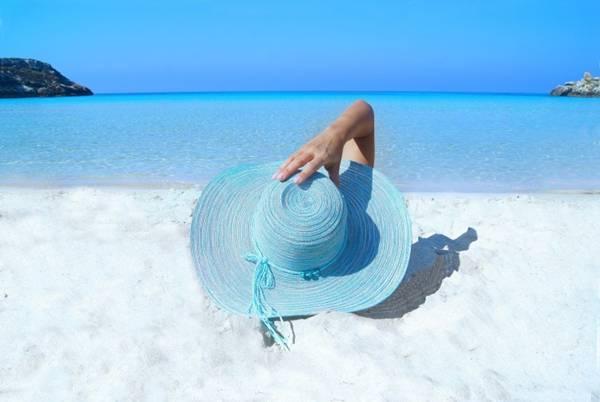 praia mulher chapeu