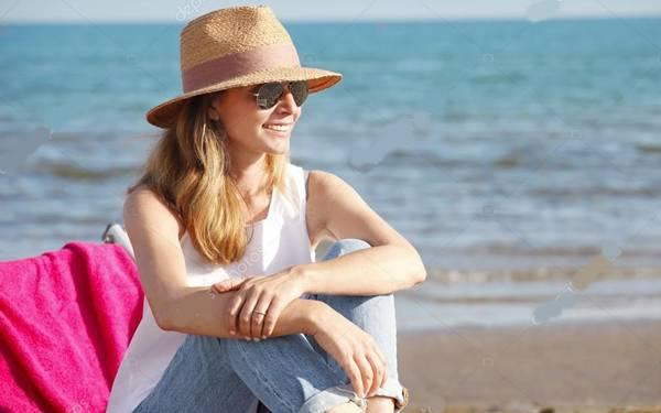 -stock-photo mulher praia chapeu oculos
